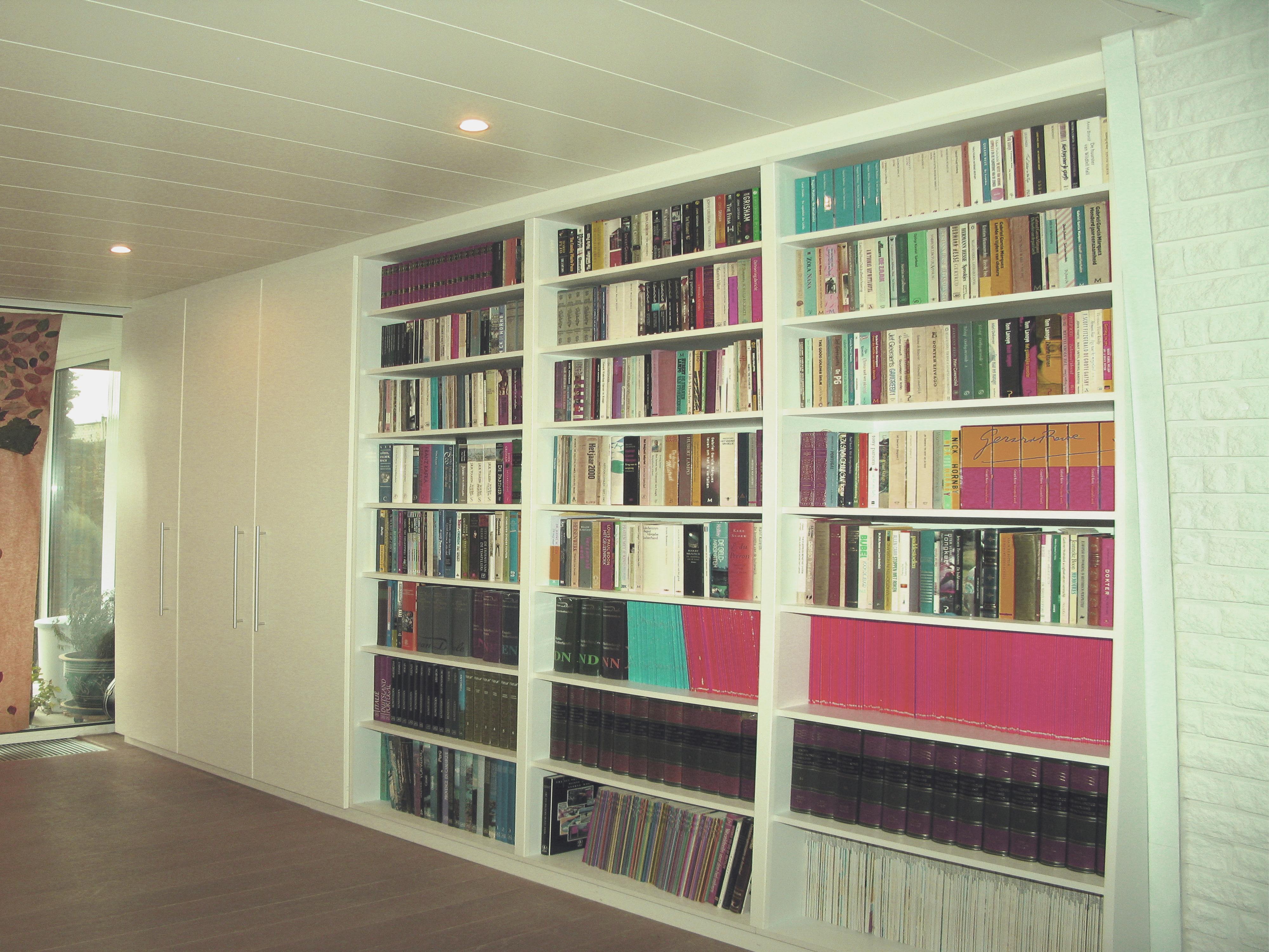 Deels open, deels gesloten boekenkast – Fijne Interieurafwerking Milis
